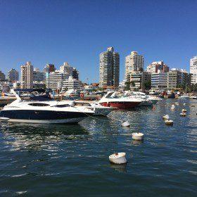 Jachty na błękitnej wodzie