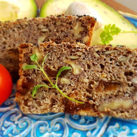 Chleb na żytnim zakwasie ze śliwkami i orzechami wloskimi,  fot. Beata Pawlikowska