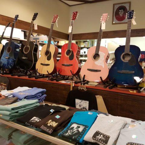Gitary w sklepie, gdzie mama Elvisa kupiła mu pierwszą gitarę, Tupelo, fot. Beata Pawlikowska