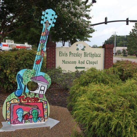 Gitara przed wejściem do domu Elvisa Presleya, Tupelo, fot. Beata Pawlikowska