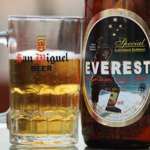 Nepalskie piwo z wizerunkiem Szerpy Nima Gombu, który wszedł na szczyt Mt. Everestu 16 razy., fot. Beata Pawlikowska