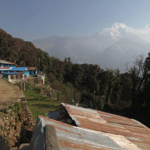 Podczas wędrówki w okolicach Annapurny w Nepalu.W oddali widać Annapurnę, fot. Beata Pawlikowska