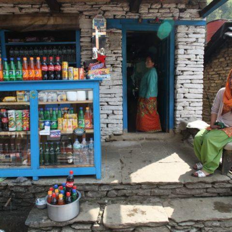 Sklepik przy drodze w Himalajach, fot. Beata Pawlikowska