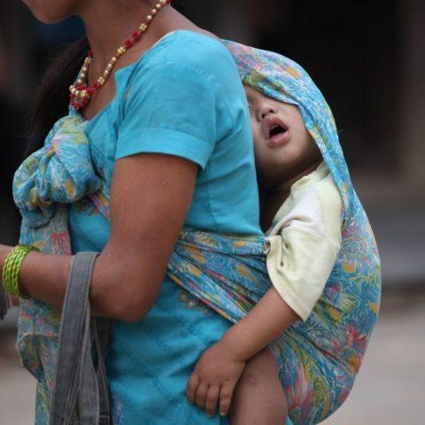 Dzieci noszone w chuście blisko ciała są zwykle bardzo spokojne fot. Beata Pawlikowska