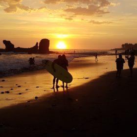 Na plaży surferów w El Tunco, Salwador