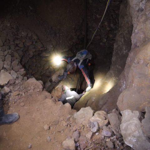 Przez dziurę w ziemi przechodzi się na inne chodniki,  fot. Beata Pawlikowska