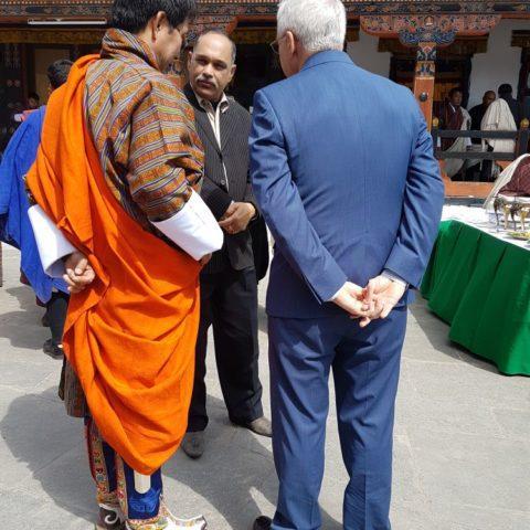 Oficjalny strój ministra w Bhutanie (po lewej), fot. Beata Pawlikowska