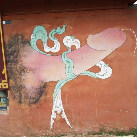 Na ścianach maluje się symbole pomyślności i ochrony przed plotkami, fot. Beata Pawlikowska