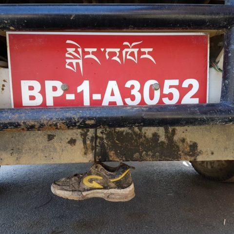 Wszystkie tablice rejestracyjne zaczynają się od moich inicjałów! W stolicy Bhutanu, Thimpu, fot. Beata Pawlikowska