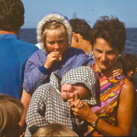 Z mamą i siostrą na statku na jeziorze Jamno, fot. Adam Pawlikowski