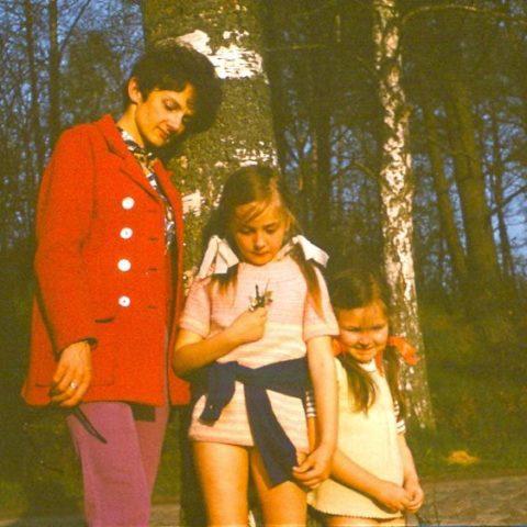 Z mamą i siostrą w lesie na Górze Chełmskiej w Koszalinie, fot. Adam Pawlikowski