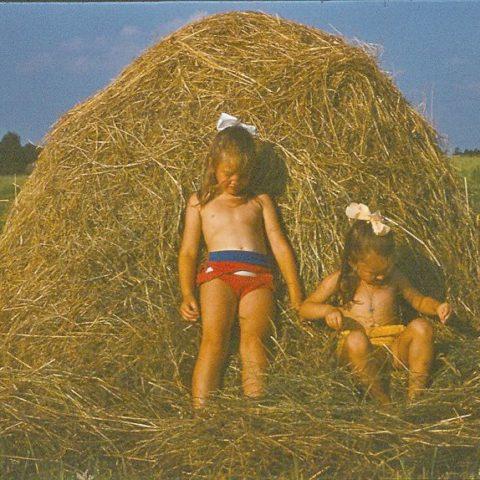 W sianie z siostrą Olą, fot. Adam Pawlikowski