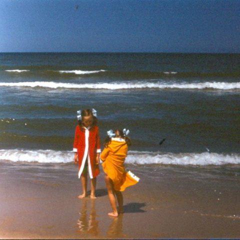Z siostrą nad morzem, fot. Adam Pawlikowski
