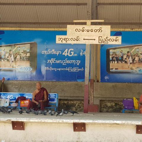 W oczekiwaniu na pociąg w Rangunie, fot. Beata Pawlikowska