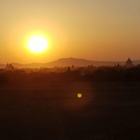 Zachód slońca nad równoną Bagan,  fot. Beata Pawlikowska