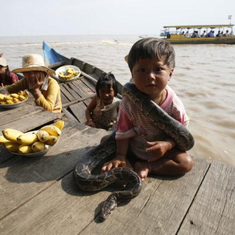 Chłopiec z wężem na szyi, Kambodża,  fot. Beata Pawlikowska