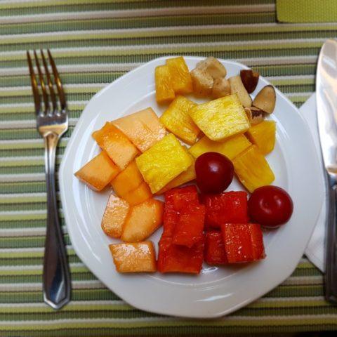 Melon, ananas, arbuz, śliwki i orzechy brazylijskie, śniadanie w Bogocie, Kolumbia