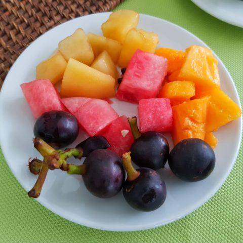 Arbuz, melon i papaja, na pierwszym planie – indiańskie winogrona, które rosną w dżungli na drzewie