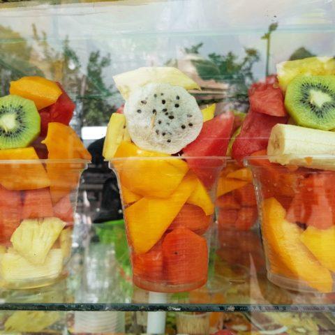 Gotowe do zjedzenia porcje tropikalnych owoców sprzedawane na ulicy w Bogocie, stolicy Kolumbii