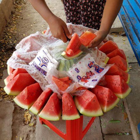 Plastry dojrzałego, słodkiego arbuza sprzedawane na dworcu kolejowym w Birmie.