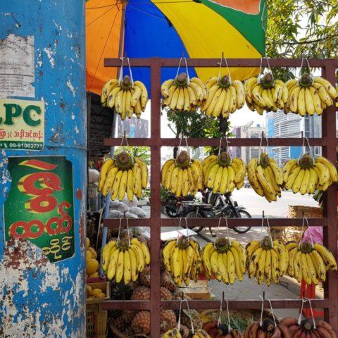 Banany na ulicznym stoisku w Birmie