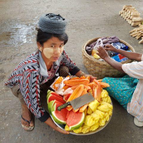 Pyszne, dojrzałe, słodkie kawałki ananasów, arbuzów i papai sprzedawane na ulicy w Birmie.