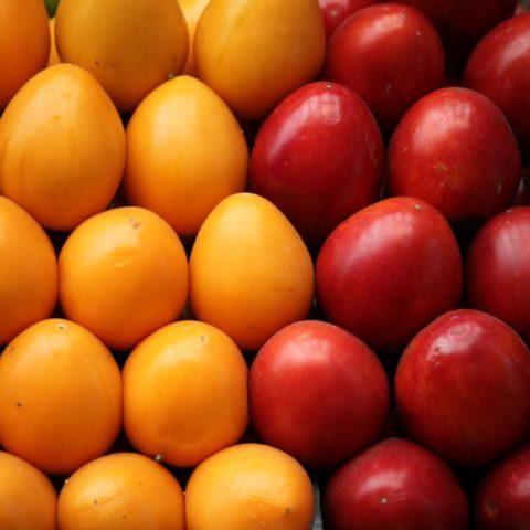"""Tomate de arbol, czyli dosłownie """"drzewny pomidor"""", któremu nadano polską nazwę cyfomandra grubolistna. Owoc jest słodkokwaśny, zawiera dużo witamin i minerałów. Kolumbia"""