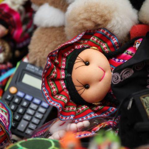 Miękkie, szmaciane lalki w kolorowych sukienkach można znaleźć na prawie wszystkich stoiskach z pamiątkami. Fot. Beata Pawlikowska