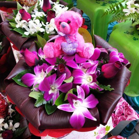 Walentynkowe prezenty na targowisku w Papetee, Tahiti, Polinezja Francuska.