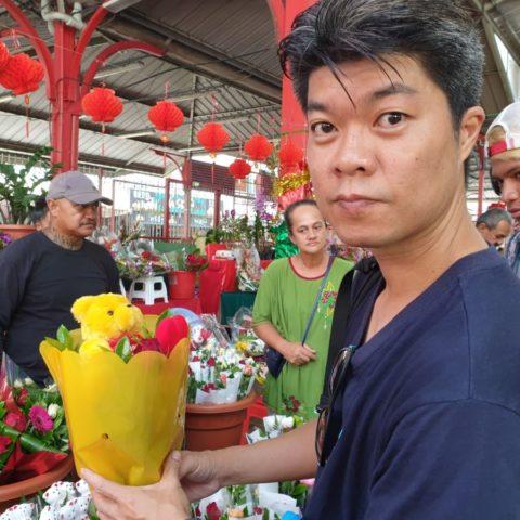 Kupowanie walentynkowego prezentu na targowisku w Papetee, Tahiti.