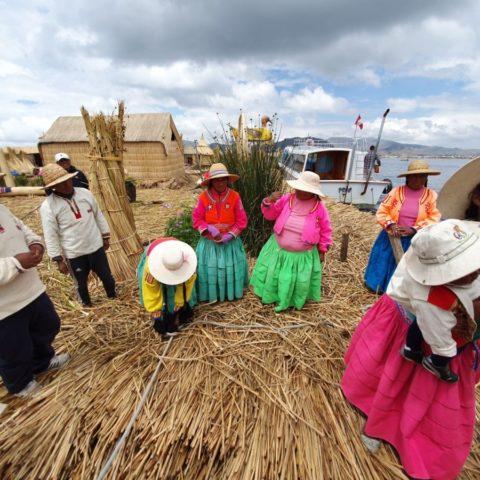 Szczęśliwa rodzina Indian Uros na jeziorze Titicaca, Peru.