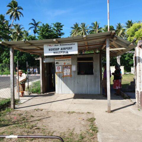 Budynek lotniska na wyspie Malekula.