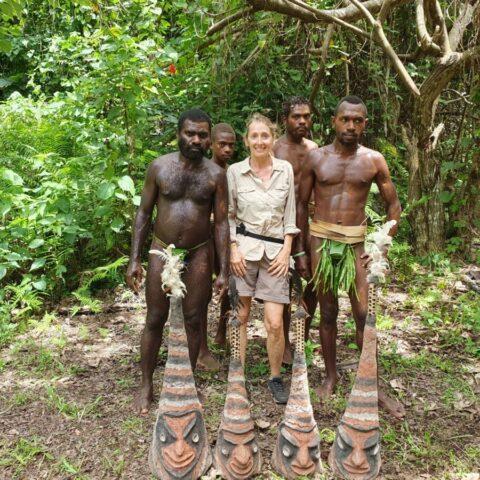 W wiosce ludzie z plemienia Small Nambas.