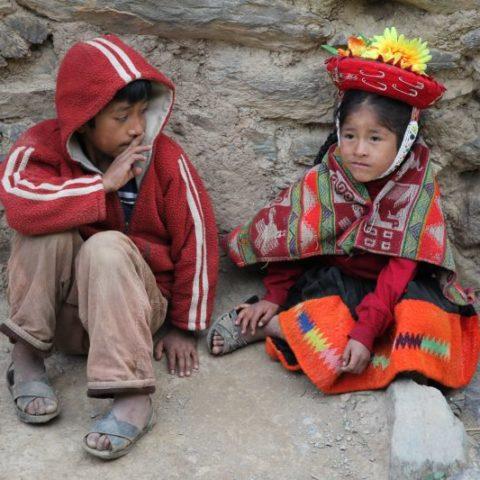 Pierwsza przyjaźń na ulicach dawnego inkaskiego miasta Cuzco w Peru