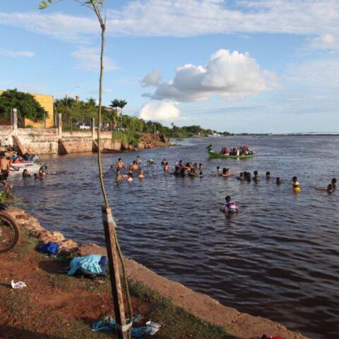W niedzielę po południu prawie wszyscy mieszkańcy miasta spotkali się nad rzeką, żeby odpocząć.