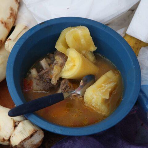 Miejscowy obiad – zupa z mięsem i maniokiem.