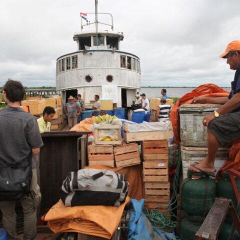W porcie ładujemy nowe towary na łódź.