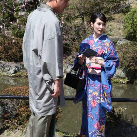 Niedzielny spacer pary młodych Japończyków w tradycyjnych strojach.
