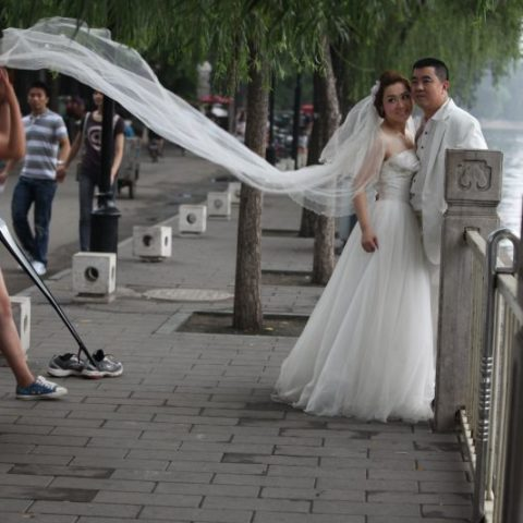 Narzeczeni przyjeżdżają do Szanghaju, że zrobić sobie zdjęcia ślubne także przed ślubem, Chiny