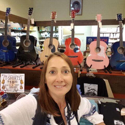 W sklepie z artykułami żelaznymi w Tupelo, gdzie Elvis kupił swoją pierwszą gitarę.