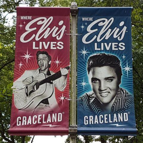 Flagi przed Graceland.