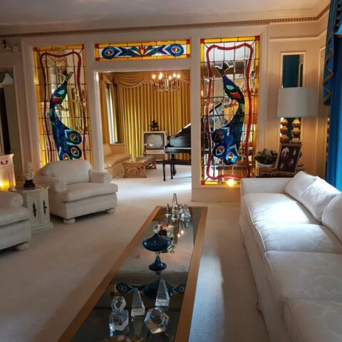 W salonie w Graceland, w głębi widać zrobione na zamówienie witraże w kształcie pawi.
