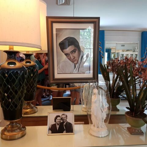 W salonie w Graceland. Na dole widać zdjęcie rodziców Elvisa.