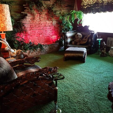 """Słynny """"jungle room"""", pokój dżunglowy w Graceland, ulubione miejsce Elvisa."""