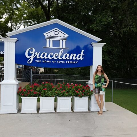 Przy domu Elvisa Presleya Graceland w Memphis, USA