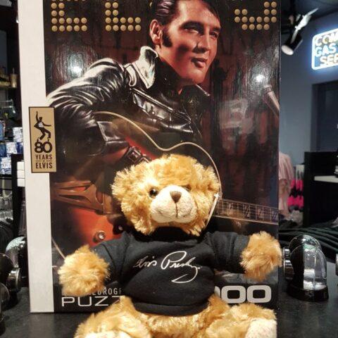 Pamiątki związane z Elvisem w sklepie w Graceland.