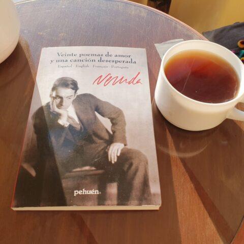 Poranek w Chile z tomikiem poezji Pabla Nerudy.