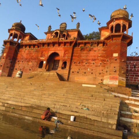 Pałac możnowładcy nad Gangesem w Varanasi, Indie.