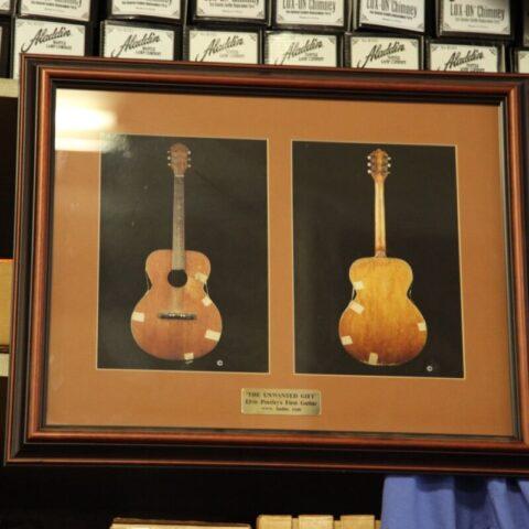 Pierwsza gitara Elvisa Presleya, która kupił za 7 dolarów i 75 centów.