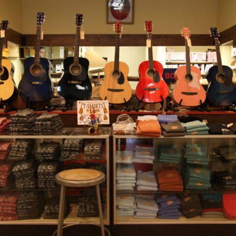 Półka z gitarami w sklepie Tupelo Hardware Co.